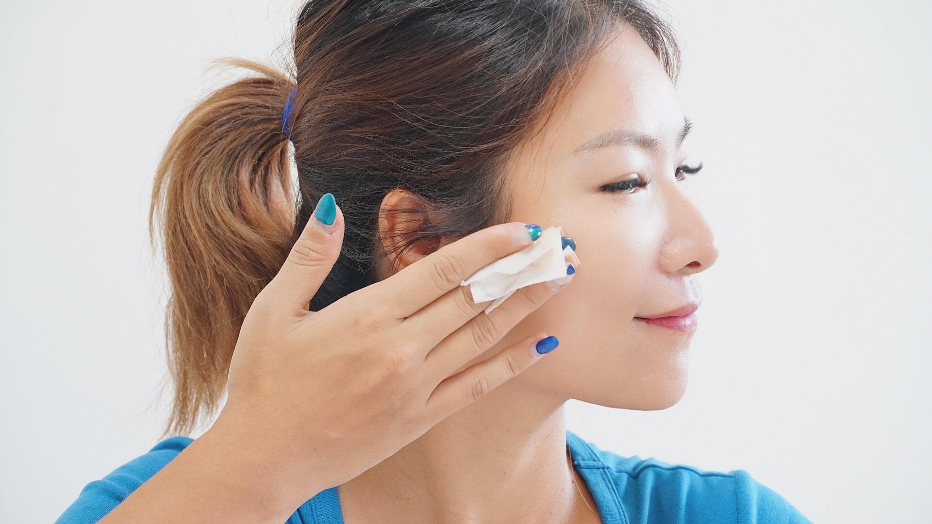 使用溫和卸妝水卸妝